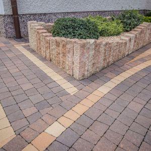 Wykończenie alejek, chodników, tarasów, podjazdów czy stref wypoczynku nie ogranicza się do kostki brukowej czy innego materiału nawierzchniowego, po którym będziemy potem chodzić lub jeździć. Bardzo szerokie zastosowanie mają palisady. Wyroby te sprawdzają się zarówno przy brzegowaniu powierzchni ścieżek i tarasów, jak również przy zabezpieczaniu skarp lub stawianiu kwietników oraz innych przydatnych konstrukcji ogrodowych. Fot. Libet