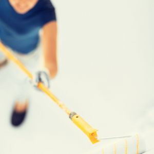 Gruntowne przygotowanie ścian do malowania pozwala uniknąć problemów związanych z niejednolitym kolorem aplikowanej farby. Fot. Malfarb