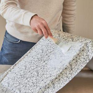 Gdy krzesło zostanie w całości pokryte tkaniną z przodu i z tyłu, nałóż na tkaninę kolejną, wierzchnią warstwę kleju. Fot. Bosch