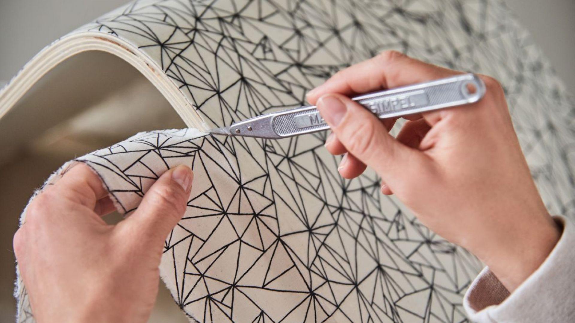 Na zakończenie użyj nożyka, aby przyciąć tkaninę wystającą poza krawędzie krzesła. Fot. Bosch