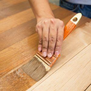 Impregnaty należy aplikować wyłącznie na surowe i suche elementy drewniane albo drewnopochodne. Skuteczność impregnacji zależy głównie od tego, jak głęboko impregnat wniknie w strukturę drewna, zapewniając jego długotrwałą ochronę. Fot. Bondex
