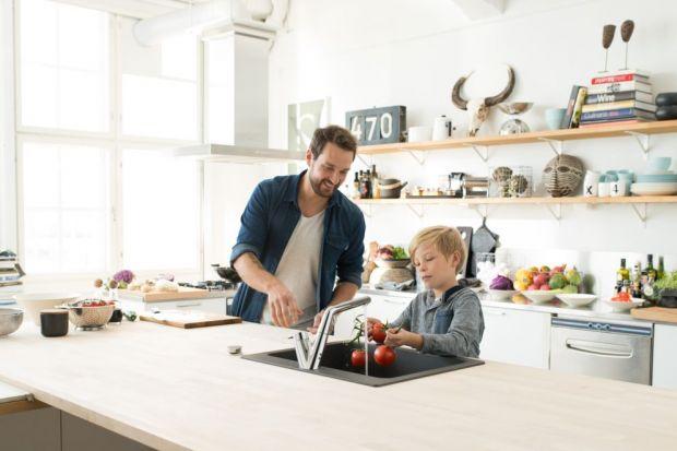 Odpowiednie umiejscowienie zlewozmywaku w przestrzeni kuchennej ma ogromny wpływ na funkcjonalność całego pomieszczenia. Aby uniknąć niepotrzebnej krzątaniny i sprawnie wykonywać czynności musimy wziąć pod uwagę ich kolejność. Najpierw bowie