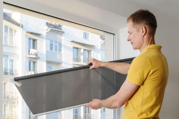 Zadaniem osłon okiennych jest przede wszystkim ochrona przed zbyt intensywnym światłem, docierającym do wnętrz podczas letnich upałów. Dzięki nim możemy regulować jego natężenie i tym samym zapobiegać zbytniemu nagrzewaniu się pomieszczeń.