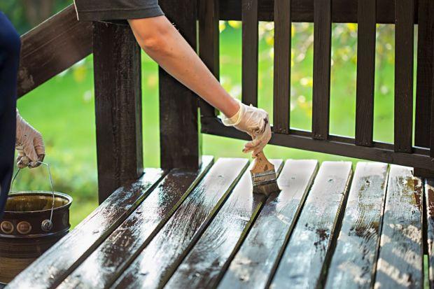 Deszcz, słońce i częste zmiany temperatur wpływają niekorzystnie na kondycję i wygląd drewnianych konstrukcji ogrodowych. Woda wnika w strukturę drewna i przyczynia się do rozwoju mikroorganizmów oraz znacznie przyspiesza proces jego próchnieni