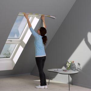 Jeśli zmagasz się z problemem owadów na poddaszu, zdecyduj się na moskitiery okienne. To praktyczna, bezpieczna dla zdrowia i opłacalna metoda. Fot. Velux