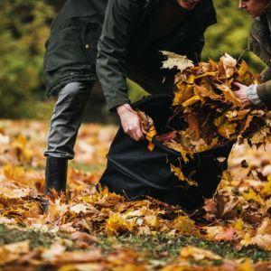 W porządkowaniu ogrodu sprawdzi się np. nowy kosz Ergo Pop-up. Jest idealny do zbierania mokrych liści, chwastów czy trawy. Został wykonany z materiału odpornego na pleśń i rozdarcia. Fot. Fiskars