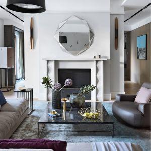 W centrum salonu znajduje się wygodna sofa oraz lampa Twiggy. Na uwagę zasługuje też stolik kawowy wykonany z kamienia, który ożywia wnętrze. Fot. Aneta Tryczyńska