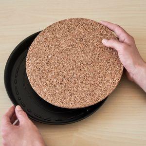 Nałóż klej po wewnętrznej stronie formy do pieczenia i umieść wycięty element z korka w środku formy, mocno go dociskając. Pozostaw do wyschnięcia na ok. 30 minut. Fot. Bosch