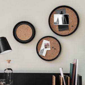Jeden gwoździk wystarczy, aby zamocować każdą z tablic do ściany. Fot. Bosch