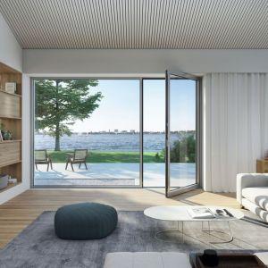 W budynkach niskoenergetycznych i pasywnych duże okna i drzwi tarasowe mogą być także źródłem dodatkowego ciepła z promieni słonecznych w sezonie zimowym. Fot. Schüco