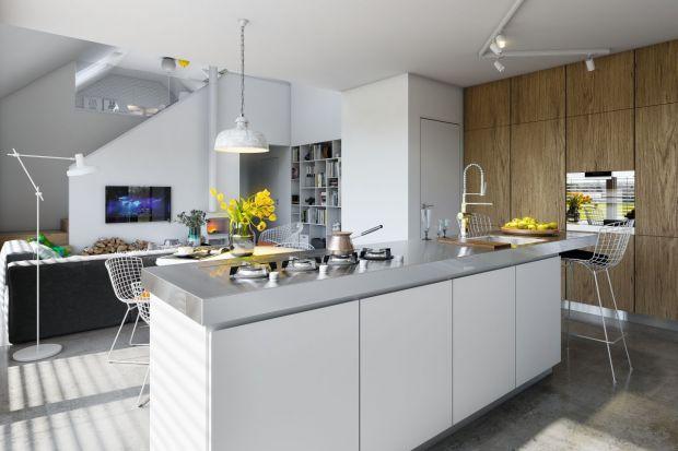 Sercem niewielkiego, nieco ponad stumetrowego domu jest otwarta strefa dzienna. Salon połączony jest płynnie z kuchnią i jadalnią. Ogromnym atutem jest otwarcie przestrzeni na dwie kondygnacje.