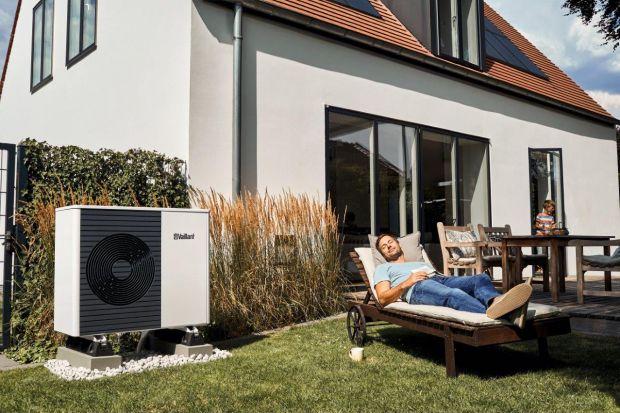 Odnawialne źródła energii pozwalają na zmniejszenie lub zupełne zrezygnowanie ze zużycia węgla, oleju lub gazu w domu, co tym samym przekłada się na redukcję emisji zanieczyszczeń. W dalszej perspektywie oznacza to również spore oszczędnośc