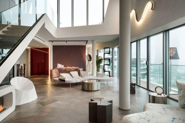 Dwupoziomowy Penthouse One-11, o powierzchni liczącej ponad 300 kw, mieści się w Mediolanie. Z jego okien rozpościera się wspaniały widok na panoramę miasta i sąsiadujący z apartamentem park. Za projekt odpowiada studio brytyjskiej architektki Za