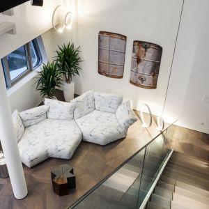 Na pierwszy plan przebija się tu geometria, która w ciekawy sposób łączy elementy wystroju. Fot. Zaha Hadid Architects