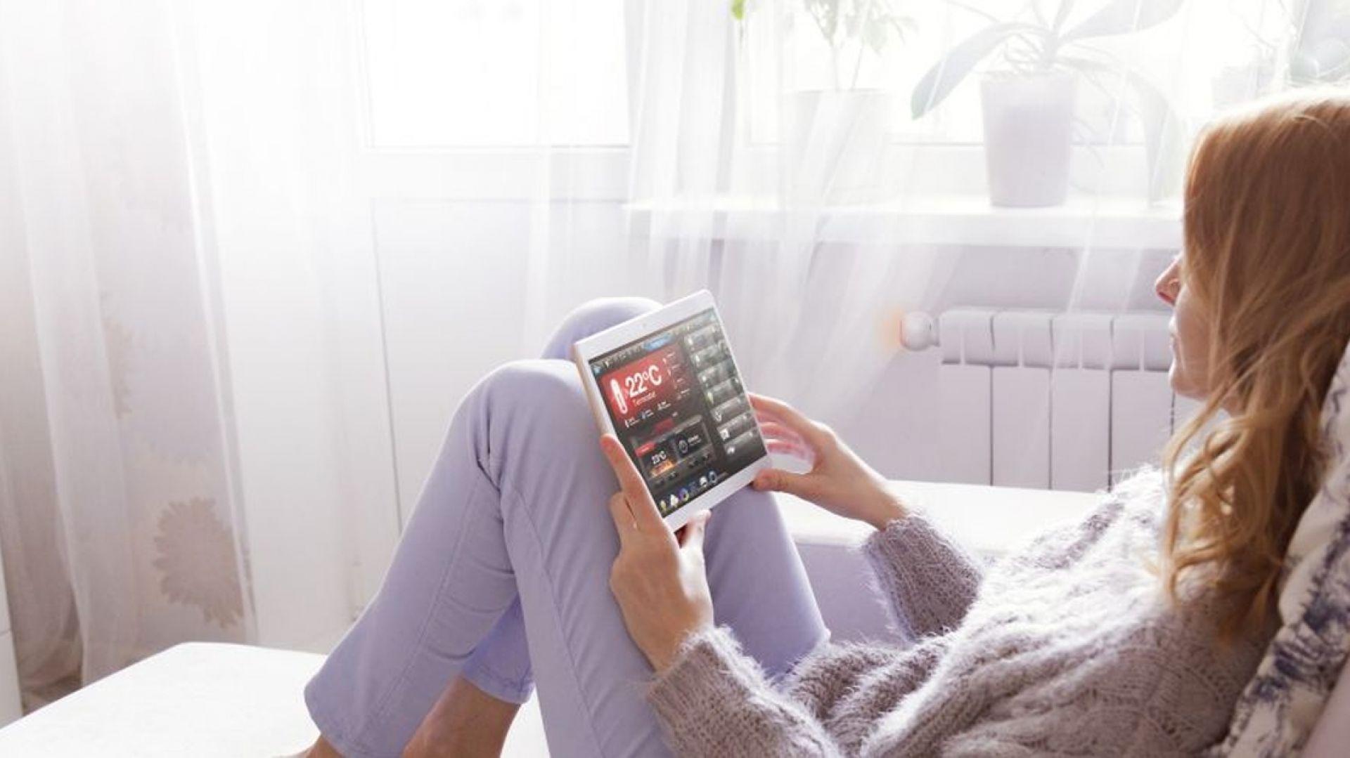 Systemy inteligentnego domu troszczą się o jak najlepsze oświetlenie w domu i dbają o optymalną temperaturę, pozwalając przy tym uzyskać realne oszczędności. Fot. Fibaro
