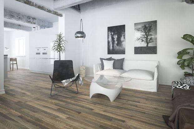 Ponadczasowe drewno jest wciąż obecne pośród wnętrzarskich trendów. Jednak w przypadku podłóg drewnianych w Polsce i za granicą obserwujemy wyraźny zwrot. Coraz częściej obok desek jasnych, bielonych, uznanie zyskują kolekcje podłóg w ciemn