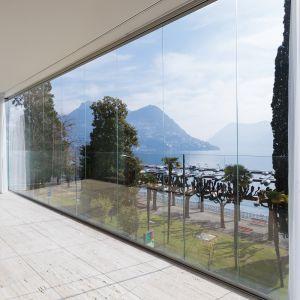 W nowoczesnych wnętrzach coraz częściej spotykamy duże przeszklenia okienne, niekiedy zajmujące nawet całą ścianę. Gwarantują one odpowiednie doświetlenie pomieszczenia i możliwość cieszenia się niezmąconym widokiem zieleni za oknem. Ale takie okna mogą nastręczać trudności, jeśli chodzi o dobór dekoracji, które przysłonią całą taflę szkła, będąc jednocześnie wygodnymi w obsłudze. Fot. Marcin Dekor