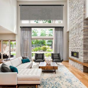 I w końcu ostatnie utrudnienie w doborze dekoracji okiennej – nieszablonowy kształt okna. Wszelkie łuki, zarówno pionowe, jak i poziome, wymagają specjalistycznych karniszy giętych. Fot. Marcin Dekor