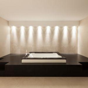 """We wnętrzach rustykalnych i vintage marmurowe akcenty nadadzą przestrzeniom niecodziennego charakteru. Łazienka z marmurem w tle doskonale wpisze się w klimat """"tamtych lat"""" jeśli zestawimy ze sobą marmurową podłogę i np. miedziane dodatki. Fot. Interstone"""