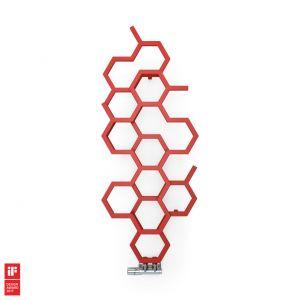 """Forma grzejnika Hex jest zainspirowana strukturą tkanki obrastającej ściany w sposób z pozoru niekontrolowany. Heksagonalne moduły układają się w poziome lub pionowe formy, a punkty """"rozerwania"""" spełniają dodatkową funkcję wieszaków. Grzejnik Hex jest zdobywcą nagrody iF Design Award 2017. Producent:Terma, www.termagroup.pl"""