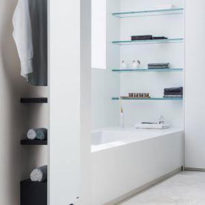 Niva Bath to coś więcej niż grzejnik łazienkowy. Odsunięcie grzejnika od ściany na 325 mm zapewniło miejsce na półki oraz wieszak. Grzejnik dostępny jest w 55 kolorach. Półki standardowo są w kolorze czarnym, ale opcjonalnie możliwe jest zamówienie ich również w kolorze białym. Producent: Vasco, www.vascoart.pl