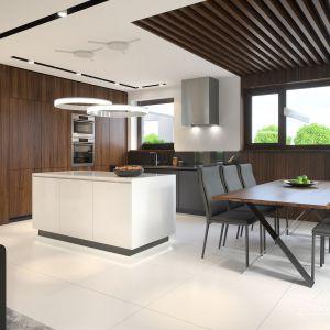 Zaletą wnętrz jest duża ilość okien. Nie brakuje ich także w kuchni i jadalni. Fot. HomeKONCEPT