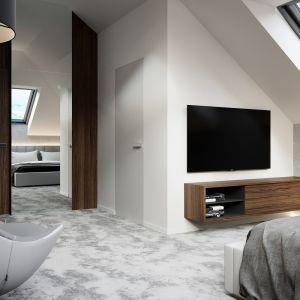 W sypialni również dominuje kolor biały, ocieplony ciemnym drewnem. Fot. HomeKONCEPT