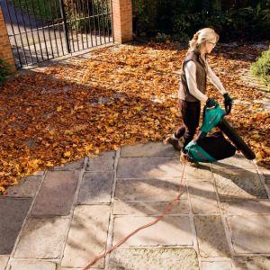 Dmuchawy i odkurzacze ogrodowe Bosch to rozwiązanie dla każdego, kto jesienią chce mieć piękny i zadbany ogród w dosłownie kilka minut. Fot. Bosch