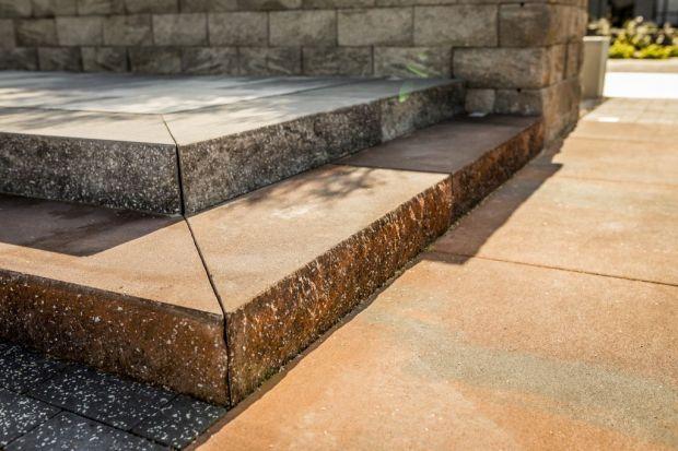 Schody występują w architekturze od starożytności. To element stricte funkcjonalny, który pozwala projektantom niwelować różnice w wysokości terenu oraz umożliwia dostanie się na wyższe kondygnacje budynku. Poza tym funkcjonalnym zastosowaniem