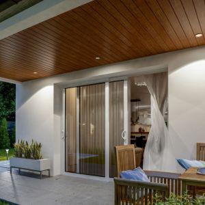 W podbitce dachowej Infratop marki VOX możemy też zamontować oświetlenie. To świetny sposób, by zaaranżować strefę relaksu na tarasie albo efektownie podświetlić bryłę domu. Fot. VOX