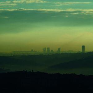 Niska efektywność energetyczna budynków wpływa negatywnie na środowisko, a my odczuwamy to każdej zimy, gdy znaczna część naszego kraju spowita jest przez smog. Fot. Isover