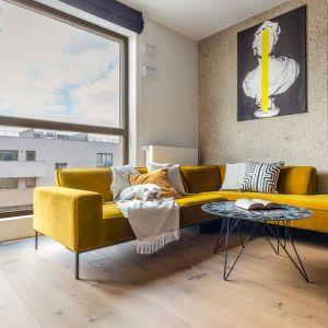Walory salonu należy bezwzględnie podkreślić. Duże, piękne okno doskonale doświetlające przestrzeń wymaga specjalnej oprawy, która go nie przesłoni. Fot. Decoroom