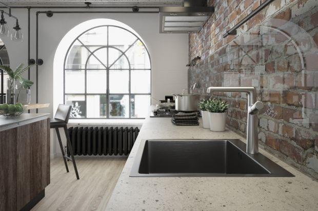 Jednym z najpopularniejszych obecnie kierunków w aranżowaniu przestrzeni kuchennych jest surowy, industrialny lub loftowy styl. Wykorzystuje się w nim faktury betonu, cegieł, które przełamywane są drewnianymi akcentami. W tym towarzystwie bardzo do