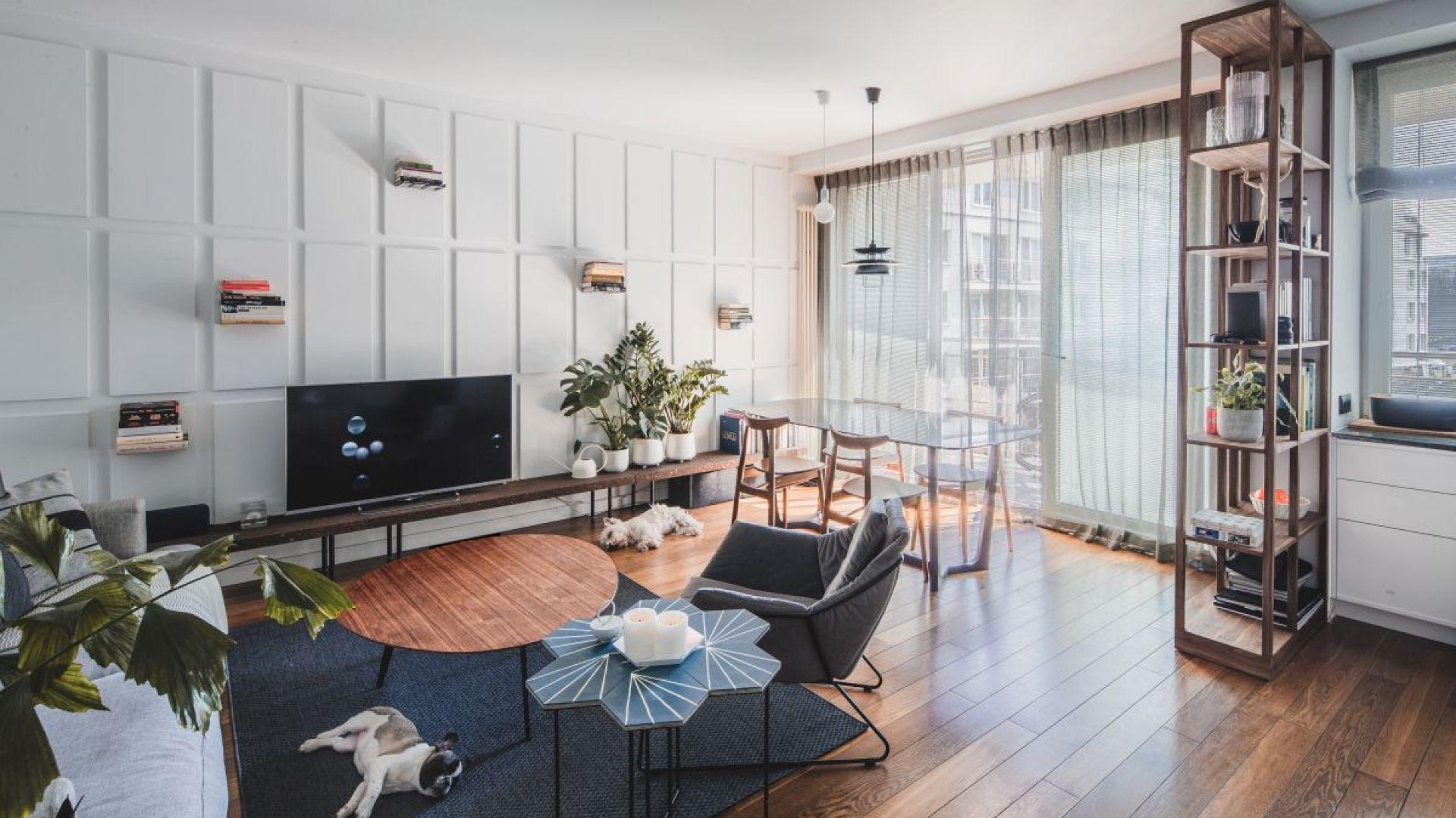 Mieszkanie na warszawskim Żoliborzu zostało zaprojektowane tak, aby jak najlepiej wykorzystać niewielką przestrzeń, z jednoczesną dbałością o detale i estetykę. W efekcie powstała nowoczesna, prosta przestrzeń, będąca uosobieniem hasła Less is more, jednocześnie niepozbawiona ciepła. Fot. Ignacy Matuszewski