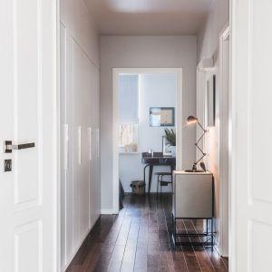 Apartament zawdzięcza swój niepowtarzalny klimat i ciepło starannie dobranym dodatkom, które przełamują surową biel ścian i dodają mu charakteru. Fot. Ignacy Matuszewski