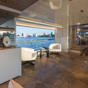 Marty A. Lowe ściśle dostosowuje projekty do indywidualnych warunków architektonicznych i przestrzennych. Wraz ze swoim zespołem tworzy eleganckie i niesztampowe wnętrza. Działające od 1982 roku studio projektowe Marty Lowe Interior Design specjalizuje się w projektowaniu jachtów dla światowej klasy producentów i ich wymagających klientów. Fot. Forestile