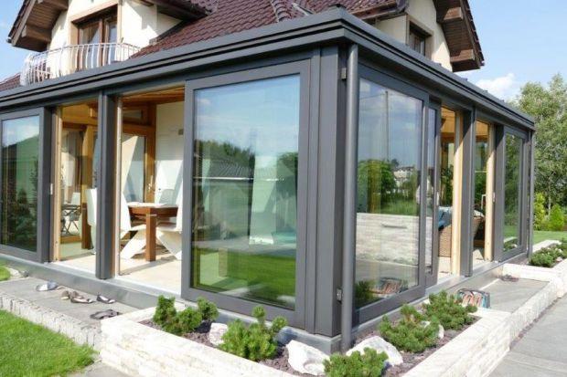 Energooszczędne domy nie muszą wyglądać szablonowo i standardowo. Dzięki najnowszym pasywnym rozwiązaniom stosowanym w stolarce otworowej energooszczędny dom ozdobiony pasywną fasadą zimową lub całorocznym ogrodem zimowym będzie prezentował s