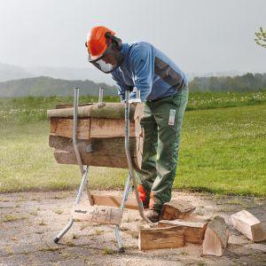 Żeby praca była łatwiejsza i bezpieczniejsza, warto zaopatrzyć się też w ergonomiczny, stabilny stojak do cięcia drewna. Fot. Wolfcraft