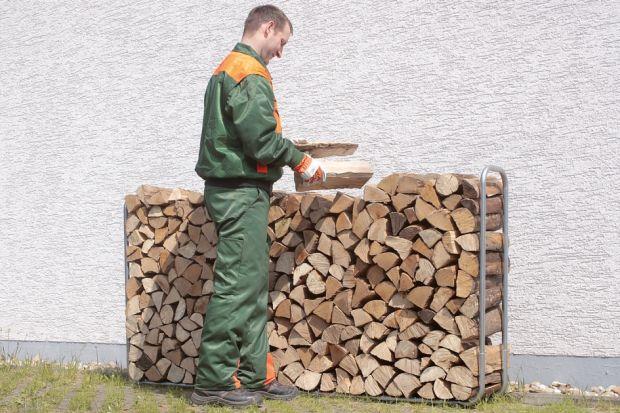 Będzie cięcie, łupanie i układanie. Najpierw jednak trzeba wybrać właściwy gatunek drewna: ma być liściaste, bo jest bardziej kaloryczne i nie zawiera żywicy (jak świerk czy sosna). Najlepiej do tego celu nadają się grab, dąb, buk, klon, jes