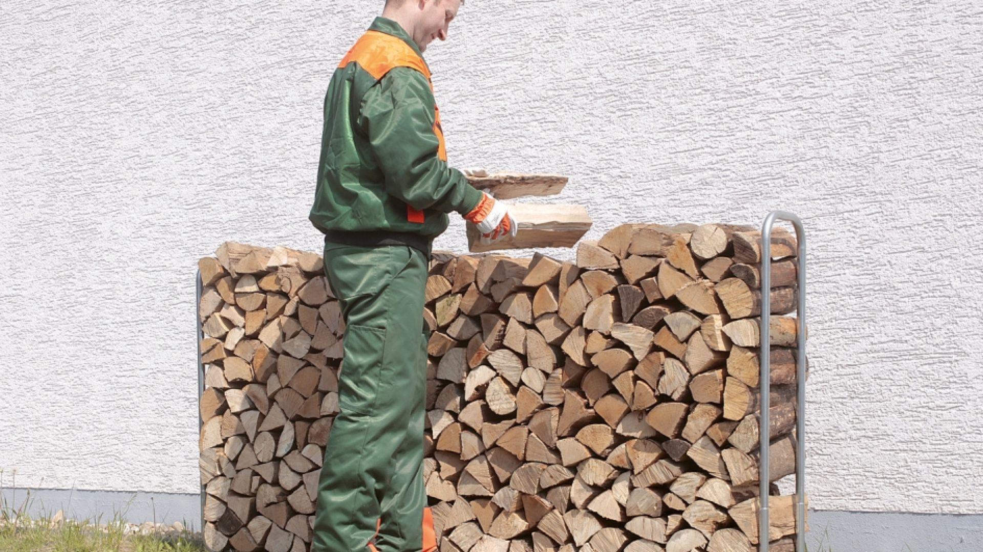 Wszystkie szczapy musimy ułożyć luźno, by ułatwić cyrkulację powietrza wokół nich. To zadanie ułatwi stojak na drewno opałowe. Fot. Wolfcraft