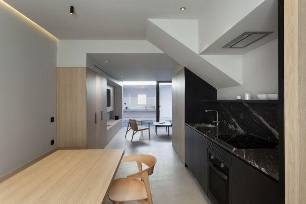 Wnętrza tego hiszpańskiego, piętrowego domu z poddaszem użytkowym przeszły całkowitą renowację, dzięki czemu stał się on nie tylko bardziej przytulny dla codziennych użytkowników, ale też funkcjonalny i wygodny. Główną rolę odgrywa tu dr