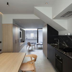 Wnętrza tego hiszpańskiego, piętrowego domu z poddaszem użytkowym przeszły całkowitą renowację, dzięki czemu stał się on nie tylko bardziej przytulny dla codziennych użytkowników, ale też funkcjonalny i wygodny. Główną rolę odgrywa tu drewno, które całkowicie ociepliło pomieszczenia tego domu. Fot. Ritmonio