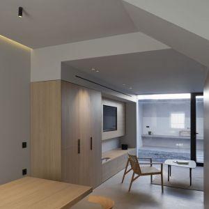 Na dom składa się z parterowa kondygnacja połączona z patio, pierwsze piętro i poddasze. Architekci zdecydowali się zminimalizować podział przestrzeni, a także ograniczyć liczbę łazienek na rzecz poprawy jakości życia użytkowników domu. Fot. Ritmonio