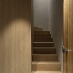 W centrum części mieszkalnej znajduje się strefa zaaranżowana przy użycia naturalnych materiałów, głownie drewna. Fot. Ritmonio
