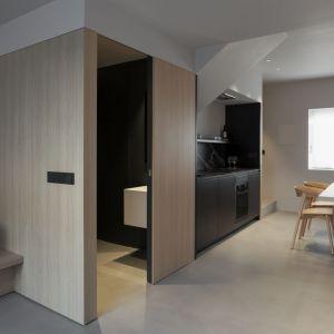 Na pierwszym piętrze, wokół małego korytarza, znajduje się część sypialna, składająca się z głównej sypialni z garderobą - z widokiem na główną ulicę - oraz drugiej sypialni. Fot. Ritmonio