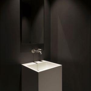 Łazienki domu, urządzone w duchu minimalizmu, zostały udekorowane armaturą z kolekcji Diametro 35 Inox, kultowej serii Ritmonio. Fot. Ritmonio