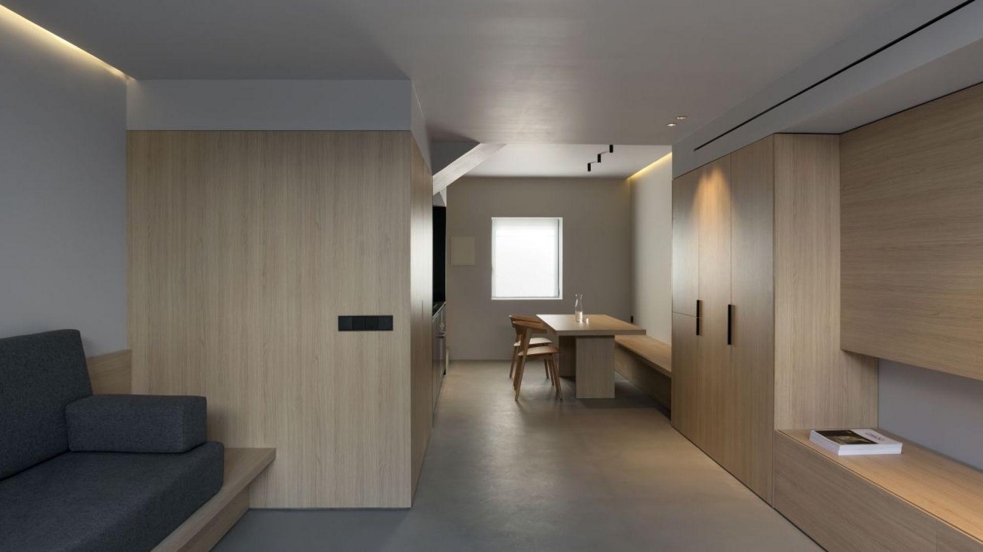 Zgodnie z życzeniem właściciela, poddasze zostało zaprojektowane tak, aby stworzyć strefę całkowitej prywatności, do której można się dostać przez stalowe, lakierowane schody zintegrowane ze ścianą. Fot. Ritmonio