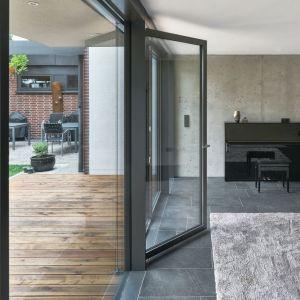 Szerokie przejście usuwa bariery architektoniczne między wnętrzem a otoczeniem. Fot. Schüco/Christian Eblenkamp