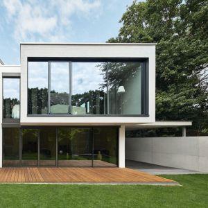 Widok domu od strony ogrodu – struktura została wysunięta względem parteru. Fot. Schüco/Christian Eblenkamp