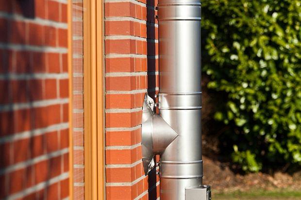 Kotły klasy 5 wymagają stosowania specjalnych kominów izolowanych cieplnie, które wykazują odporność na korozję. W trudnych warunkach pracy należy odpowiednio zabezpieczyć i zadbać o urządzenie oraz o kilka czynników, aby komin pracował praw